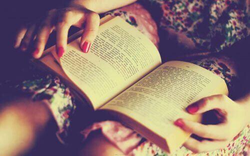підліток читає книгу