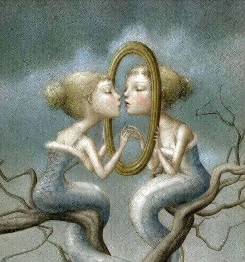 дівчинка перед дзеркалом