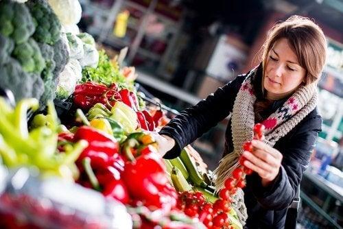 жінка купує овочі