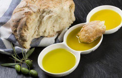оливкова олія в тарілочках