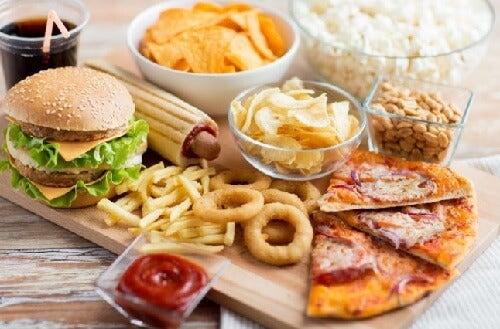 нездорова їжа спричиняє біль у колінах