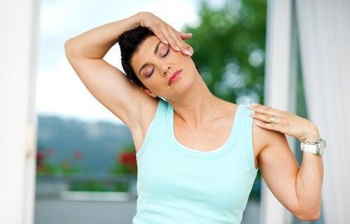 вправи щоб зняти біль у спині та шиї