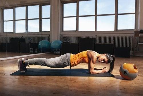 вправи для спалення жиру: зворотна планка