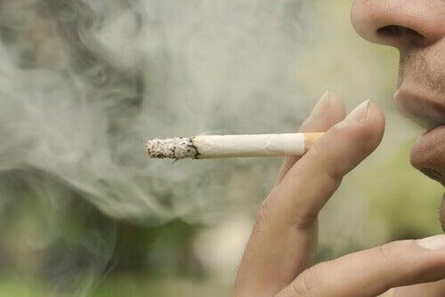 куріння спричиняє кровоточивість ясен