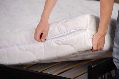 як почистити матрац і подушки правильно