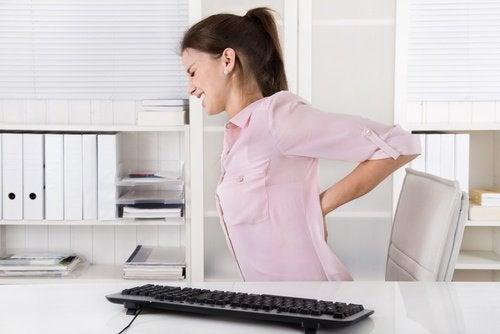 дівчині болить спина
