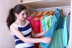 Як скласти одяг та навести лад у шафі