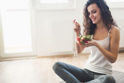 дівчина їсть низькокалорійний салат