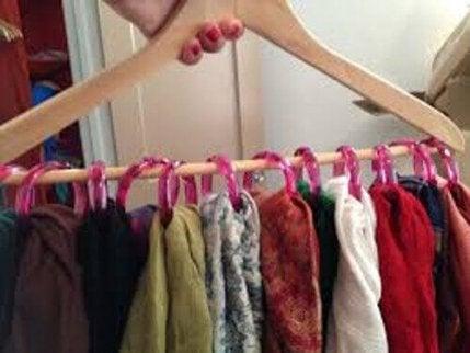 вішайте шарфи на вішалки
