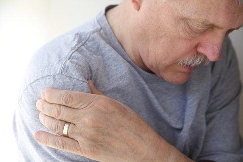 літня людина що має тендиніт плечового суглоба