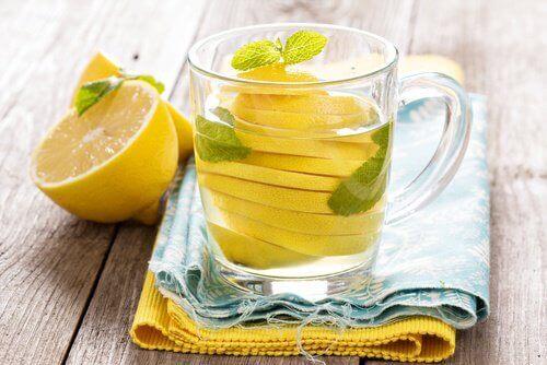 лимонна вода від здуття живота