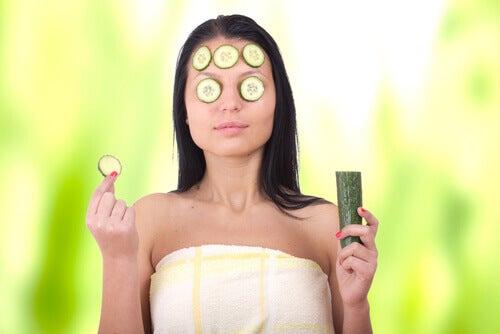 маски проти темних кіл під очима з картоплі і огірка