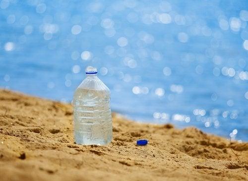 пластикова пляшка з водою
