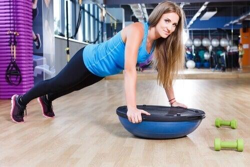 відтискання та інші вправи на живіт
