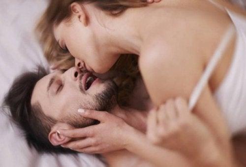 секс, сидячи на краю ліжка