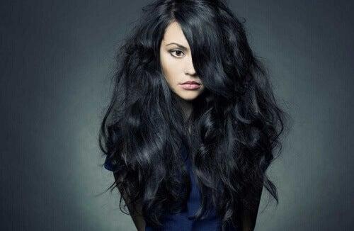 дівчина з темним хвилястим волоссям