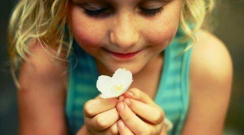 щаслива дівчинка