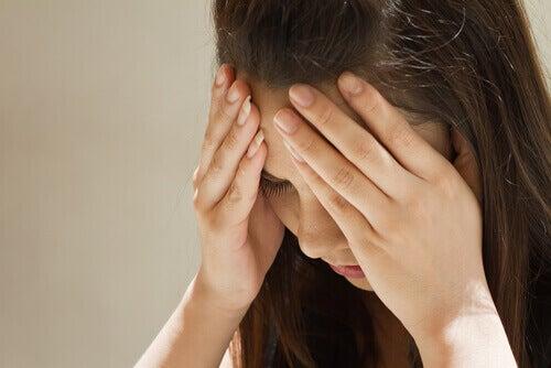 низький рівень серотоніну причина мігрені