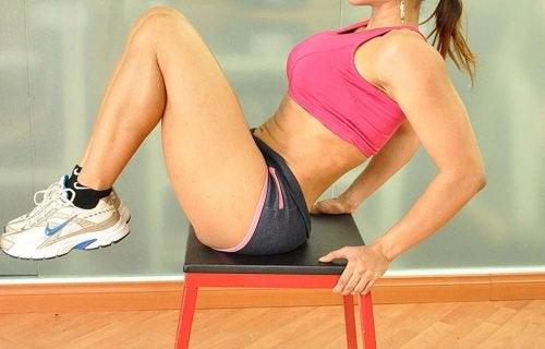 підйоми колін для спалення жиру на животі