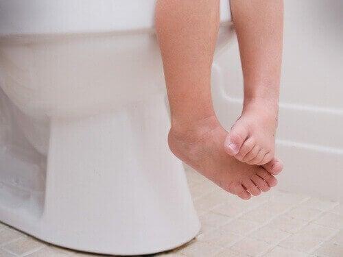 дитина на туалеті