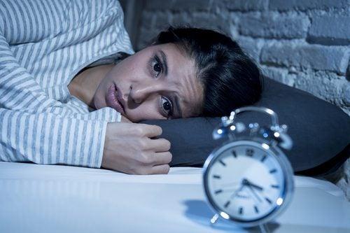 низький рівень серотоніну викликає безсоння