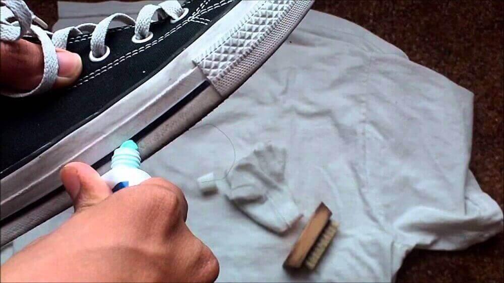 зубна паста поверне кросівкам білий колір