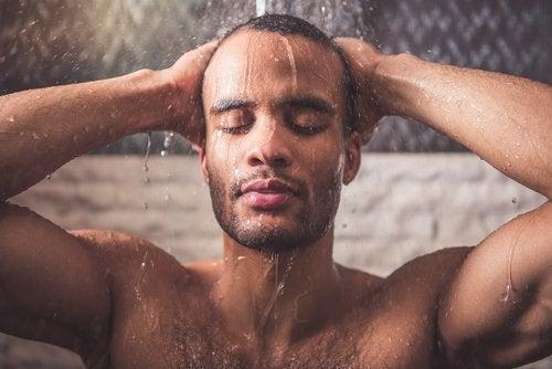 гарячий душ для зменшення болю у шиї