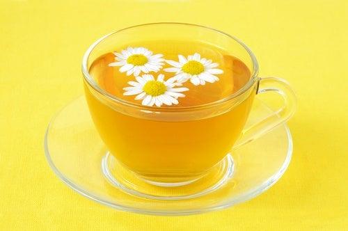ромашковий чай допоможе заспокоїти кольки