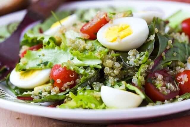 овочеві салати з тунцем та яйцями