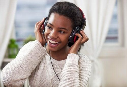 дівчина слухає музику