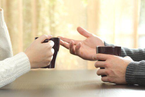 демонструвати руки співрозмовнику