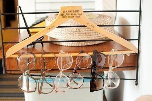 окуляри на вішалці
