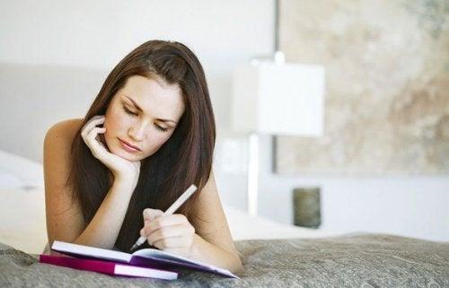 дівчина вивчає нову інформацію для покращення пам'яті