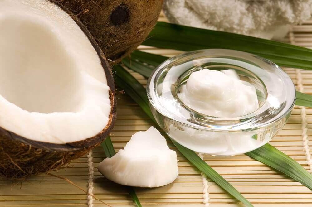 кокосова олія усуває темні плями на шиї
