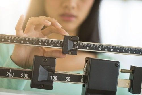 дівчина міряє вагу