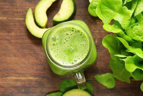 зелений напій та авокадо