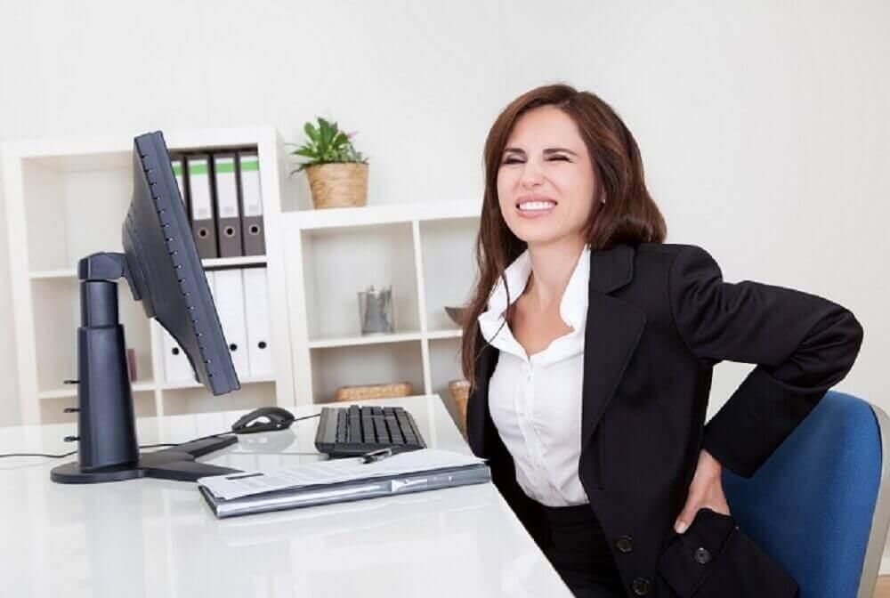 неправильна постава під час роботи викликає біль у попереку