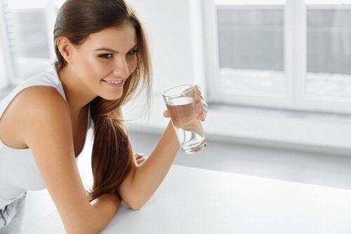 пити воду, щоб усунути ознаки затримки рідини