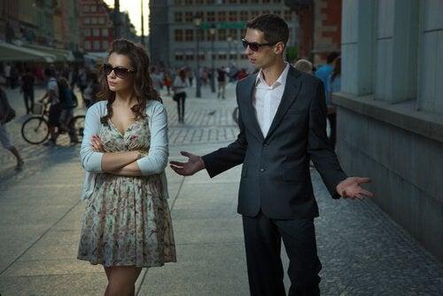 тиск парнера провокує розпад стосунків