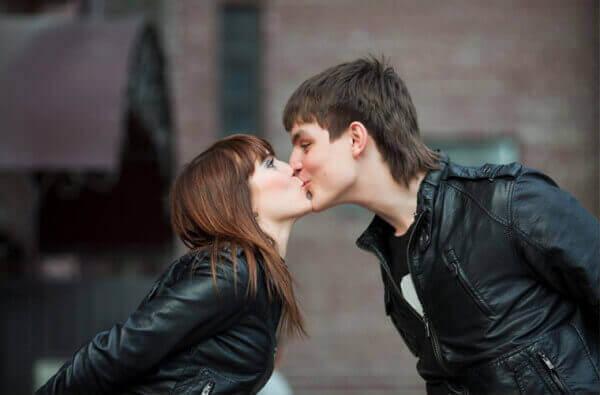 Оберіть правильний момент для поцілунку
