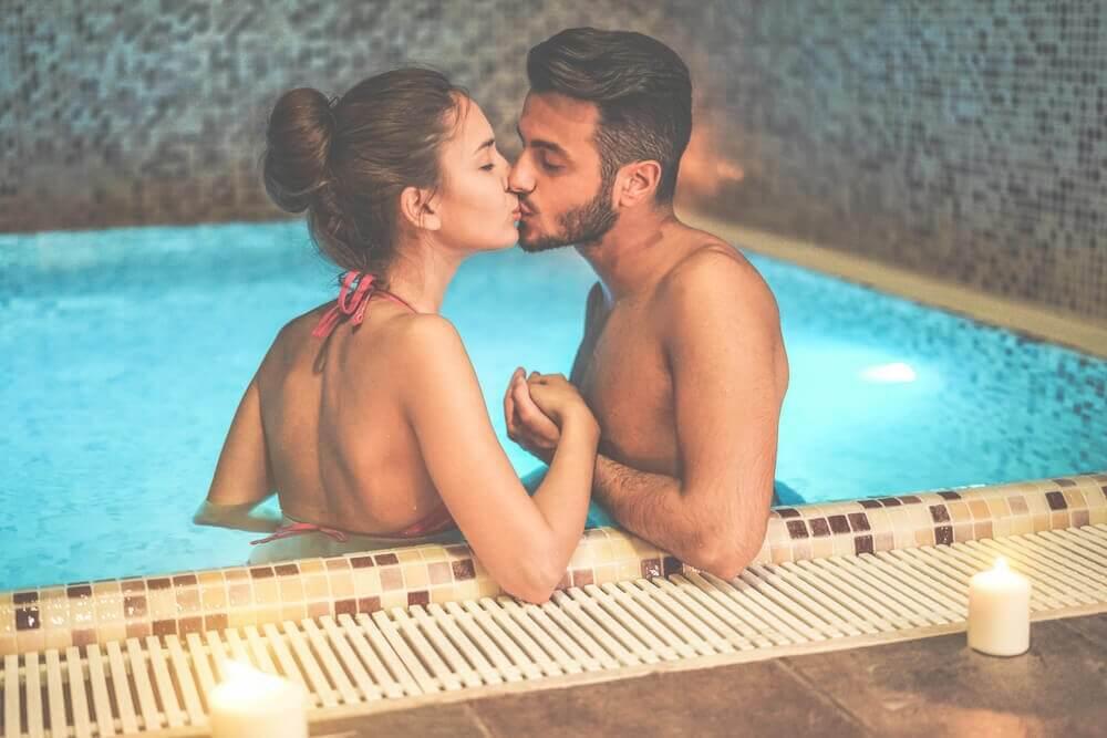 пара цілується в басейні