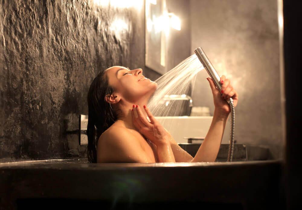 душ з гарячою водою