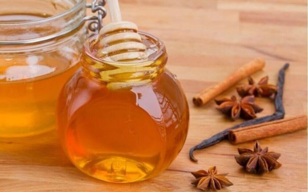 кориця та мед для освітлення волосся