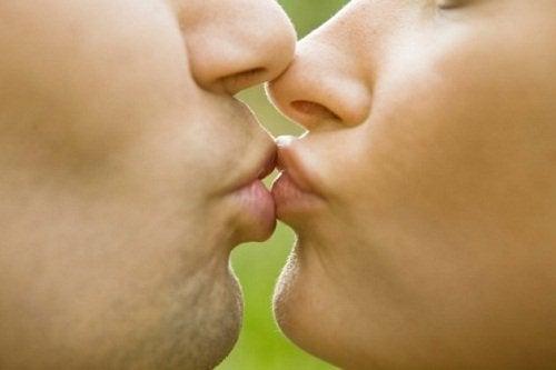 мононуклеоз передається через поцілунки