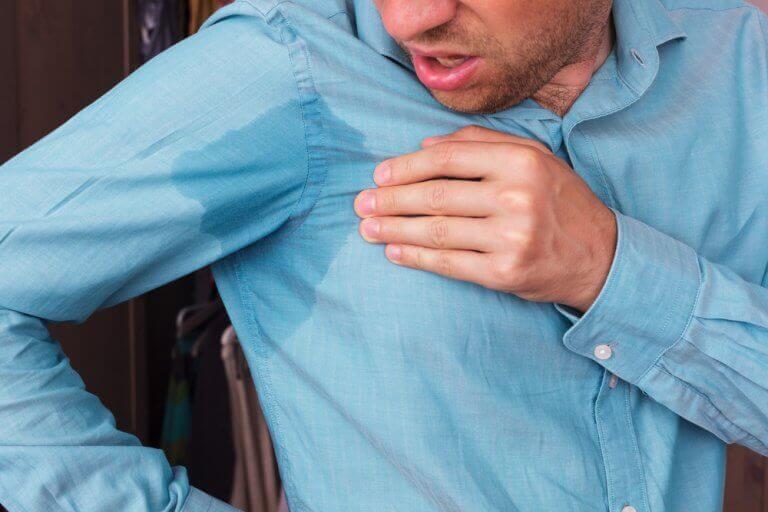 5 способів вивести плями поту з одягу