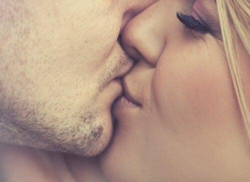 5 інфекцій, що передаються через поцілунки