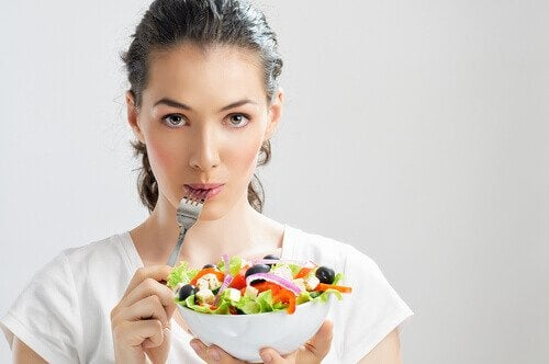 дівчина з салатом