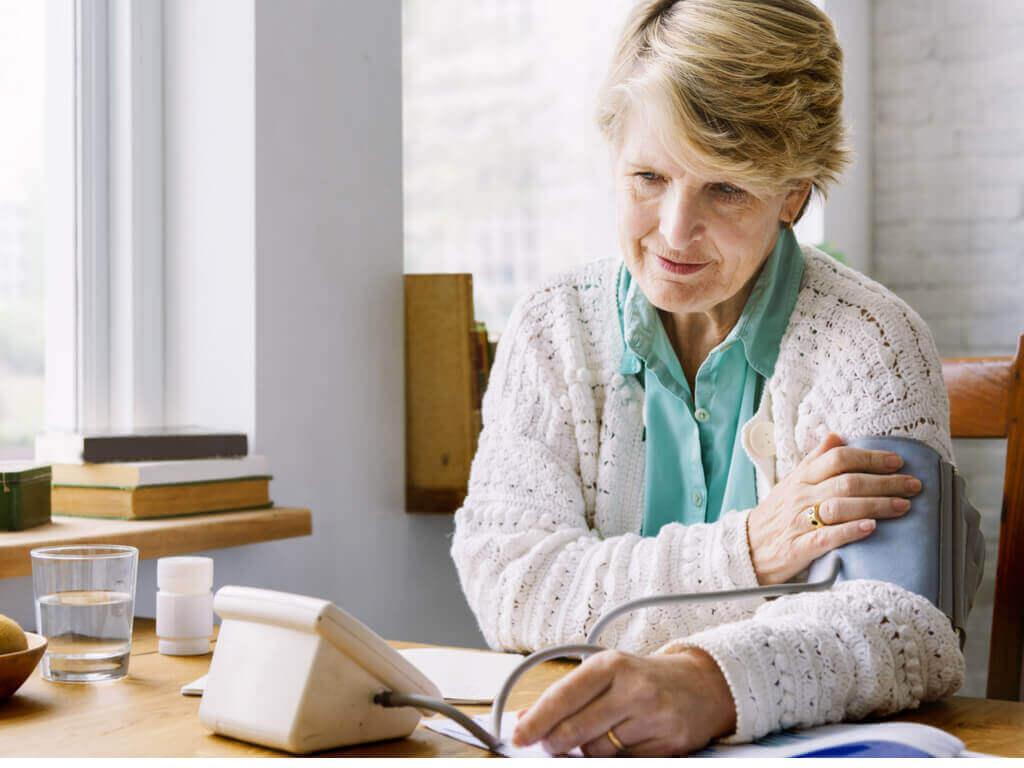зберігати спокій під час вимірювання кров'яного тиску