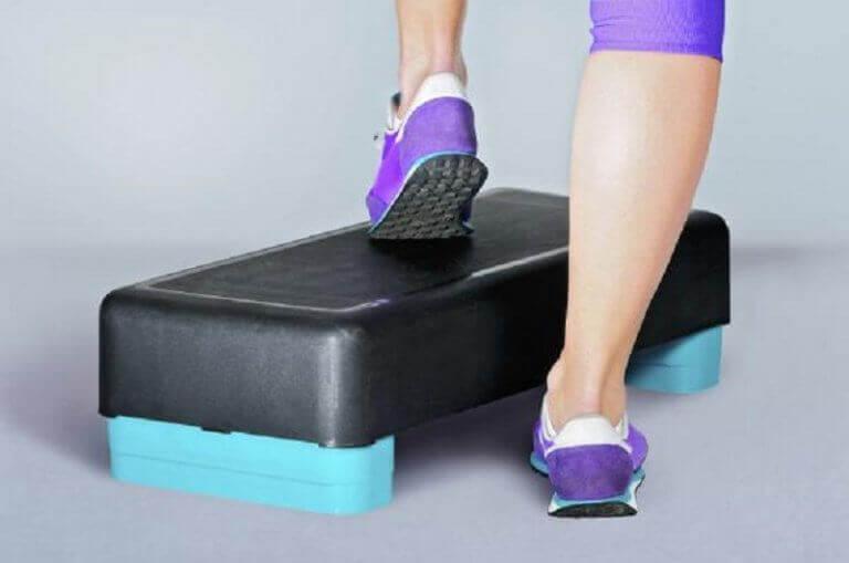 степ аеробіка, щоб зміцнити коліна