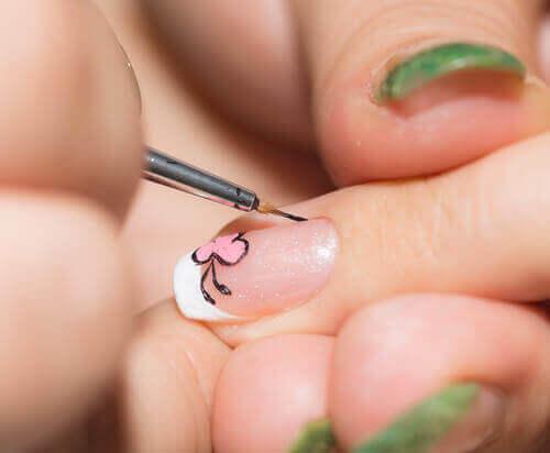 як прикрасити нігті вдома